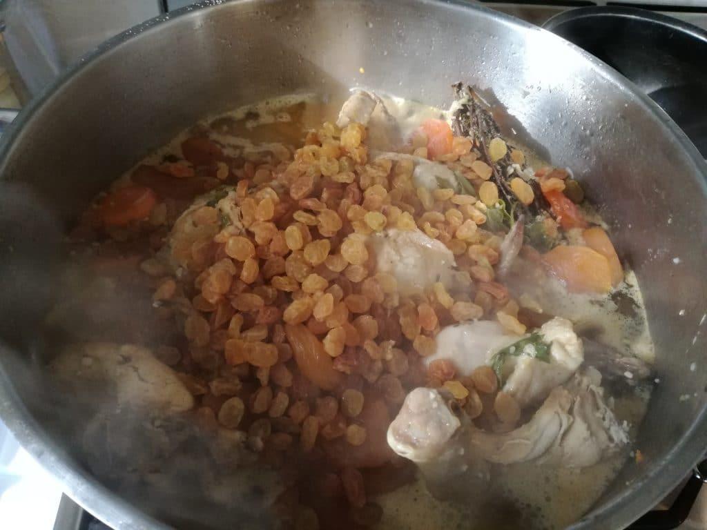 Recette du tajine de poulet aux carottes et aux abricots, ajoutez les raisins et les abricots