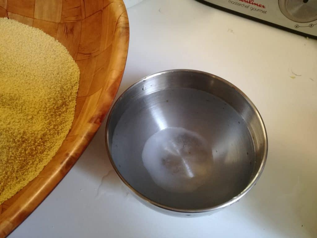 Recette du tajine de poulet aux carottes et aux abricots, préparation de la semoule