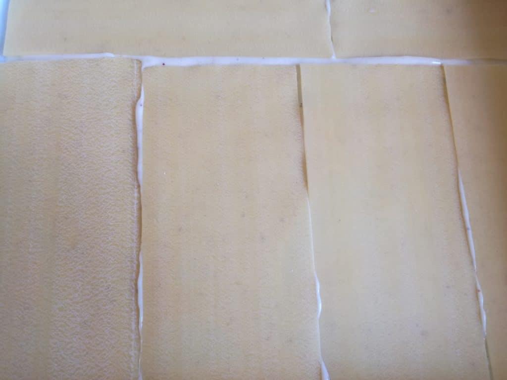 Recette des lasagnes aux courgettes chèvre lardons : placez les plaques de lasagne